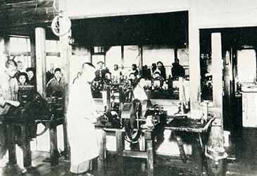 創業当時のペン工場(手動式ペンローラー)